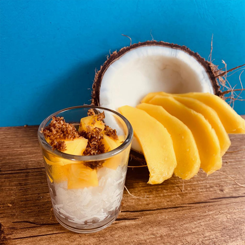 Verrine, mango sticky rice, riz cuit dans lait de coco, mangue fraîche, coco caramélisée.