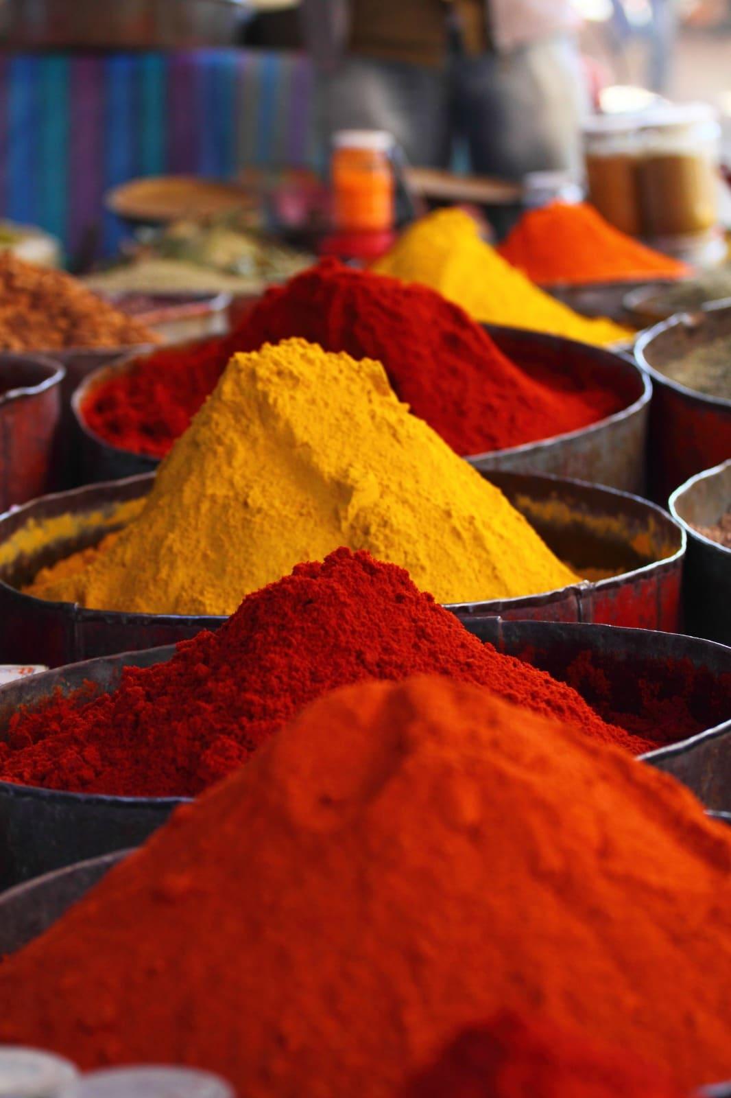 Diverses epices colorées.